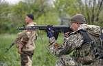 Ополченцы сбили под Славянском вертолет с украинским генералом на борту,News,,Представители ополчения в Славянске утверждают, что сбили вертолет украинской армии в районе Червонный Молочар. По данным украинской стороны, на борту крылатой машины находились 14 человек, в том числе генерал-майор внутре