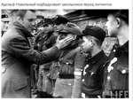 Адольф Навальный подбадривает школьников перед митингом. 1 1 ;Г л! / ^■ ш У^ш в * 1